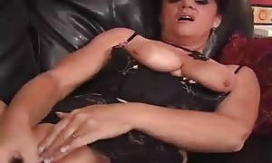 hot dark haired older lady Solo Diddling and spurting